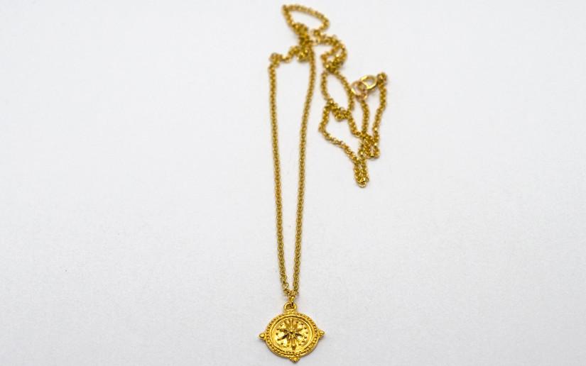 Goldene Halskette mit Kompass-Anhänger