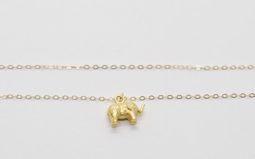 Goldene Halskette mit Elefant