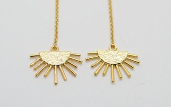 Lange goldene Ohrringe mit Sonnenanhänger