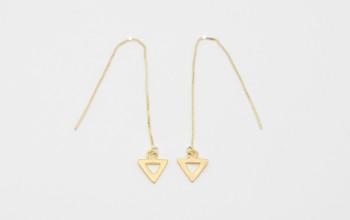Schlichte Einfädel-Ohrringe mit Dreieck-Anhänger