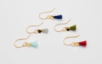 Feine goldene Ohrringe mit farbiger Quaste und Rhombus