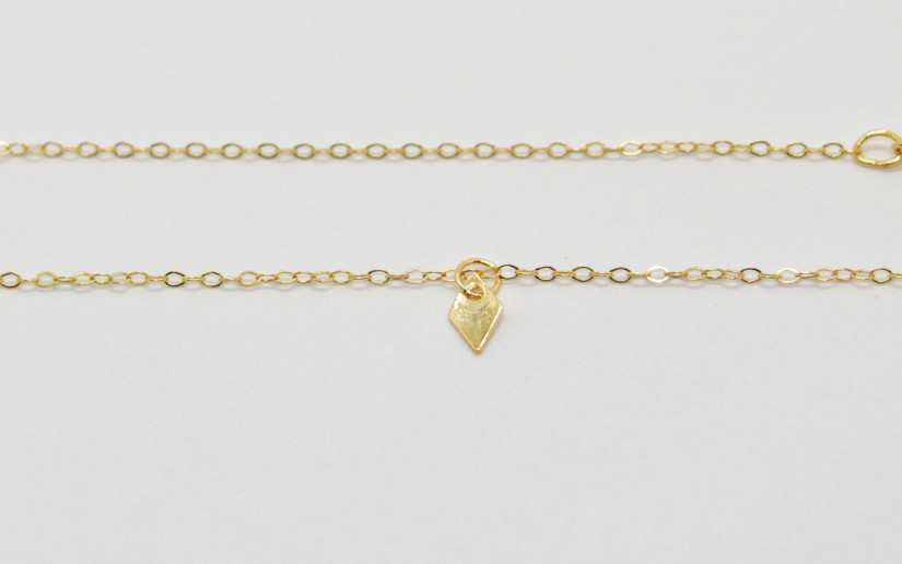 Zierliche goldene Halskette mit kleinem Rhombus-Anhänger