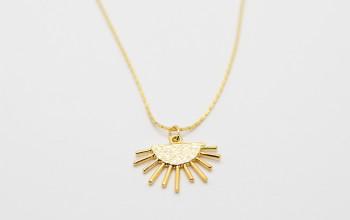 Goldene Halskette mit Sonnen-Anhänger