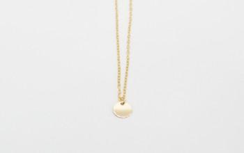 Schlichte goldene Halskette mit Plättchen-Anhänger
