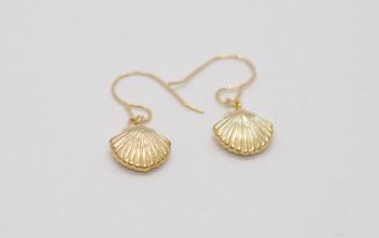 Goldene Ohrringe mit Muschel-Anhänger