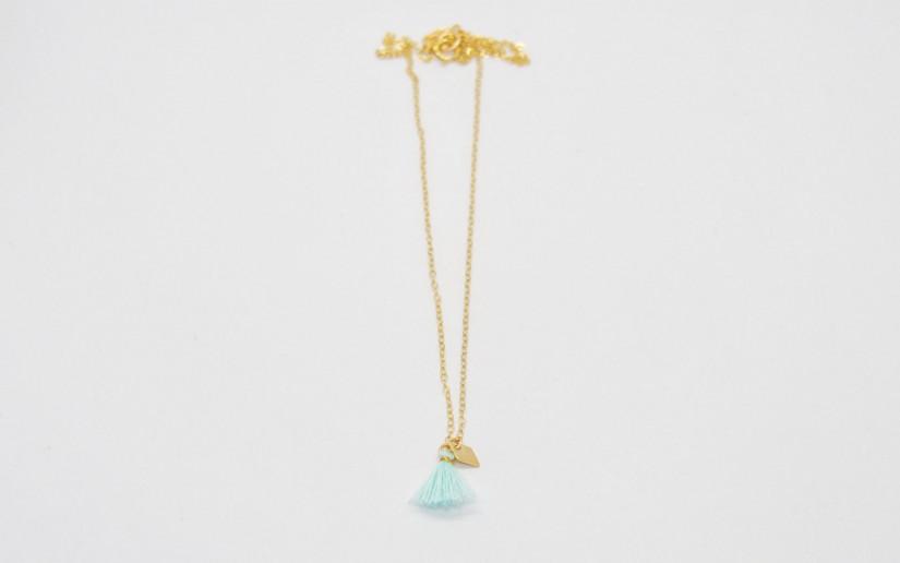 Filigrane goldene Halskette mit türkiser Quaste und kleinem Rhombus