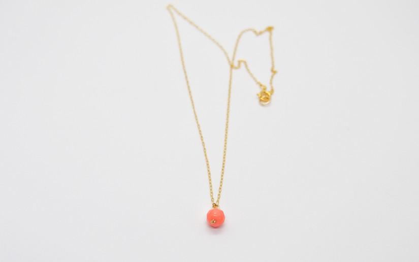 Goldene Halskette mit Korallen-Steinchen-Anhänger