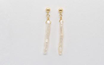 Goldene Ohrringe mit langer Perle