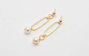 Lange goldene Ohrstecker mit Perle