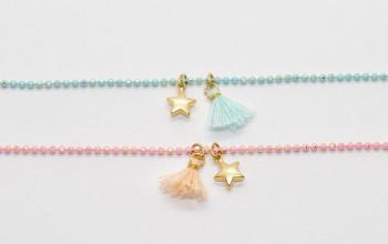 Farbiges Armband mit Sternchen und Baumwoll-Quaste