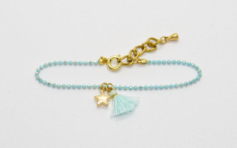 Hellblaues kleines Armband mit Sternchen und Baumwoll-Quaste