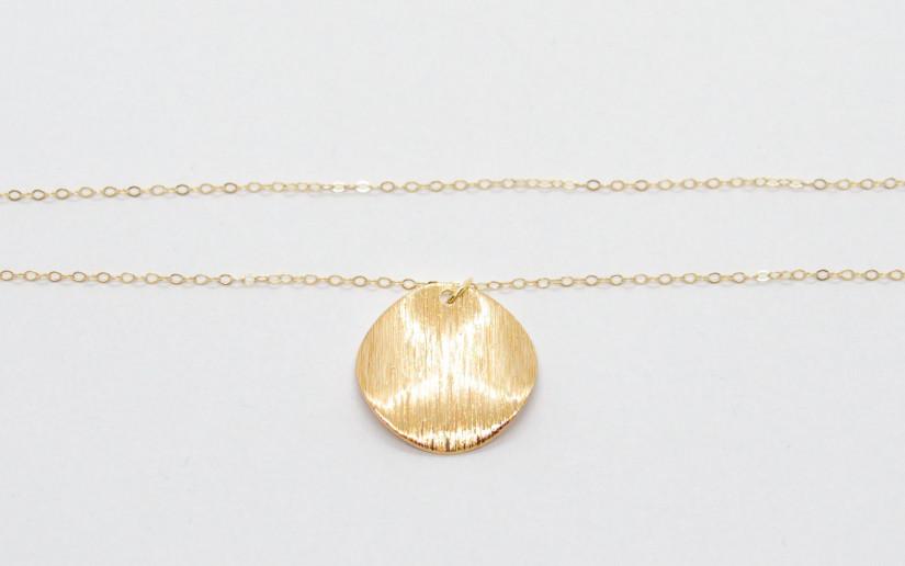 Feine goldene Halskette mit strukturiertem Plättchen