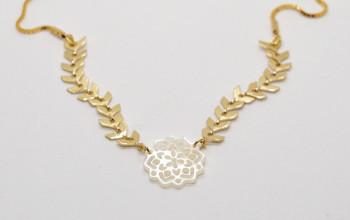 Goldene Halskette mit Perlmutt Ornament
