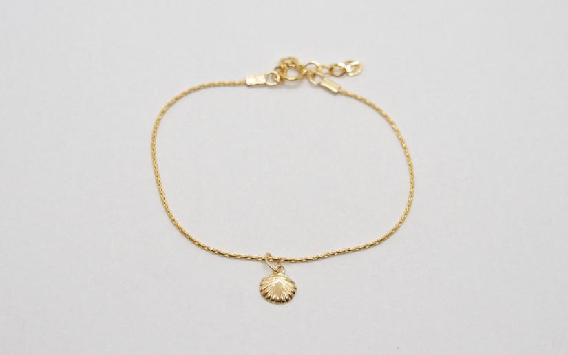 Feine goldene Armkette mit Muschel Anhänger