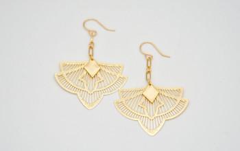 Lange Ohrringe mit Ornament Anhänger