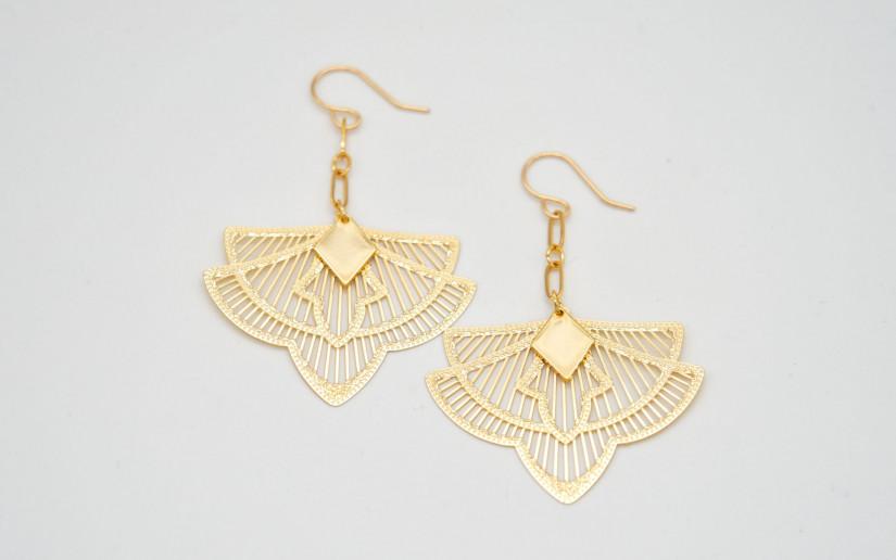 Lange Ohrringe mit Ornament-Anhänger