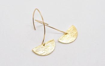 Lange goldene Ohrringe mit Halbkreis
