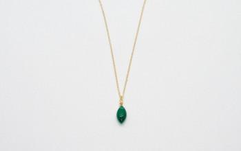 Goldene Halskette mit mit grünem Achat