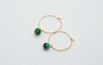 Goldene Creolen mit grüner Jade Perle