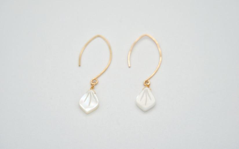 Lange Ohrringe mit Perlmutt Blüttenblatt