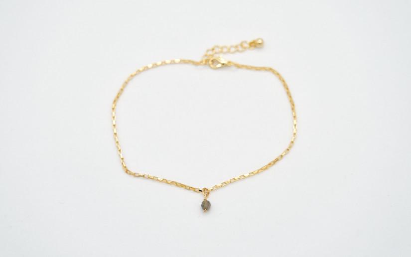 Goldene Fusskette mit einer kleinen Labradorit Perle