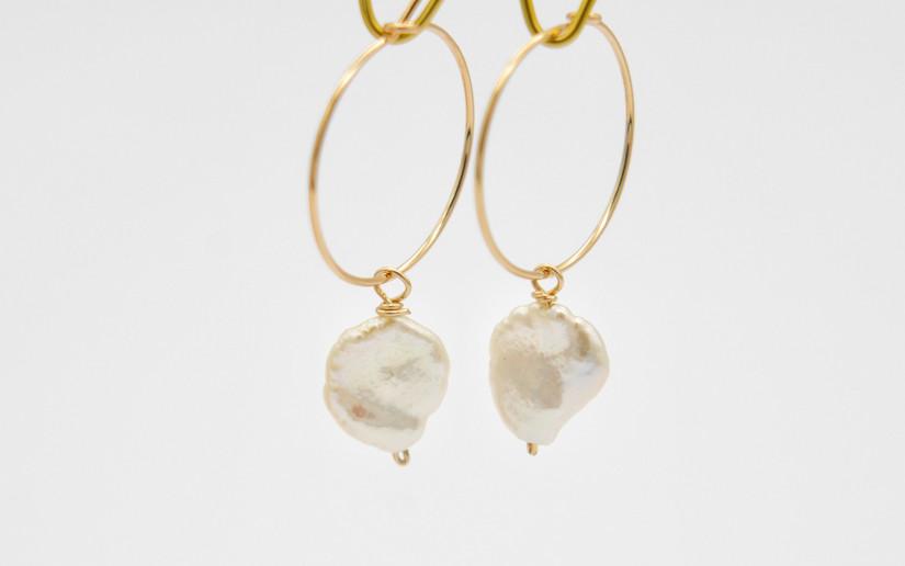 Goldene Creolen mit Keshi Perlen
