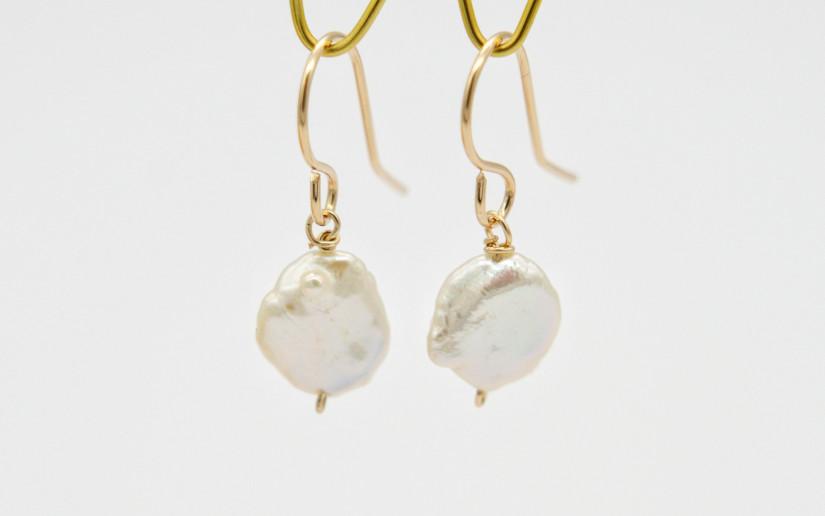 Schlichte goldene Ohrringe mit einer Keshi-Perle
