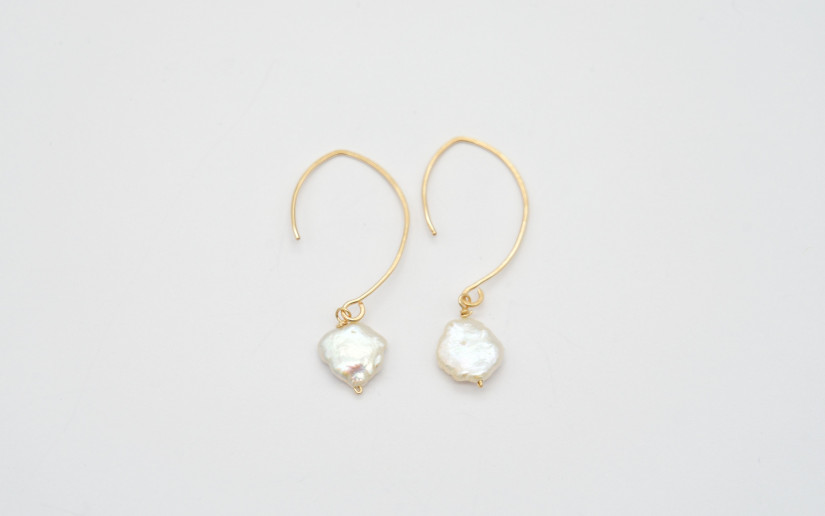 Lange goldene Ohrringe mit Keshi-Perle
