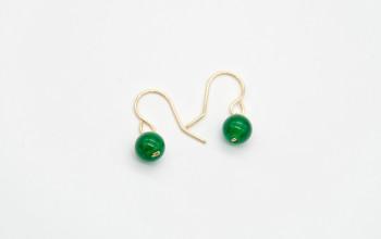 Schlichte Ohrringe mit grüner Jade-Perle