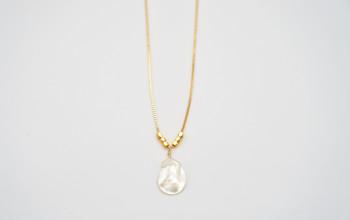 Goldene Halskette mit Perlmutt Tropfen