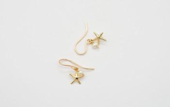 Kleine Ohrringe mit Seestern und kleiner Süsswasser-Perle