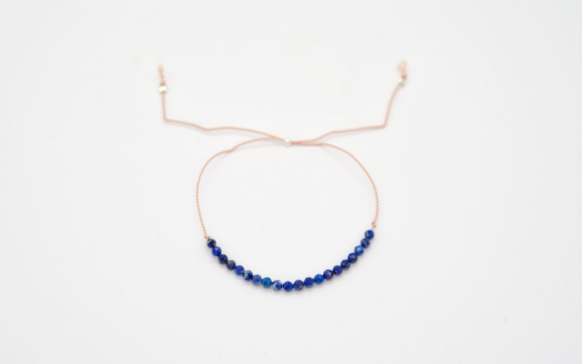 Filigranes Freundschaftsarmband aus feiner Seiden mit dunkelblauen Lapislazuli Perlen