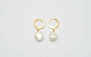 Kleine Goldene Ohrringe mit Keshi Perle