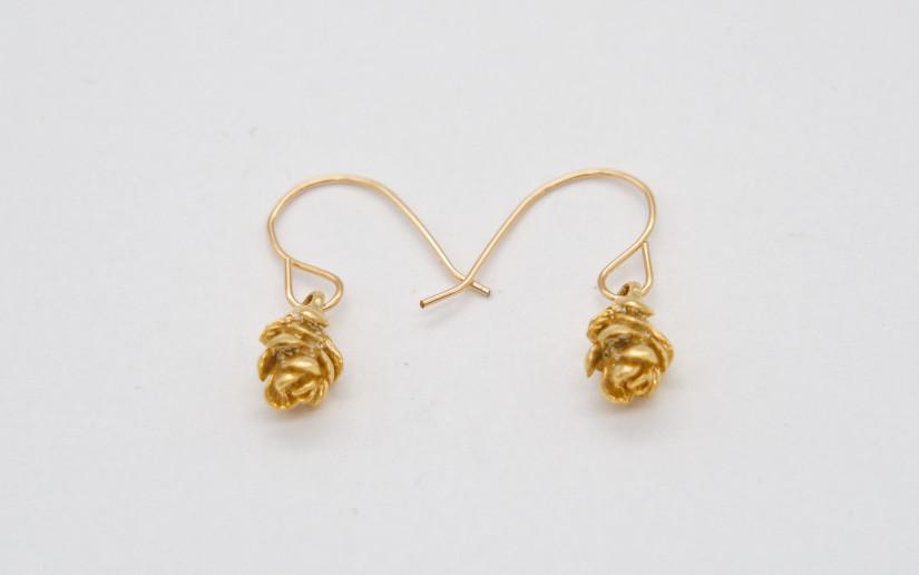 Goldene Ohrringe mit Fichtenzapfen-Anhänger
