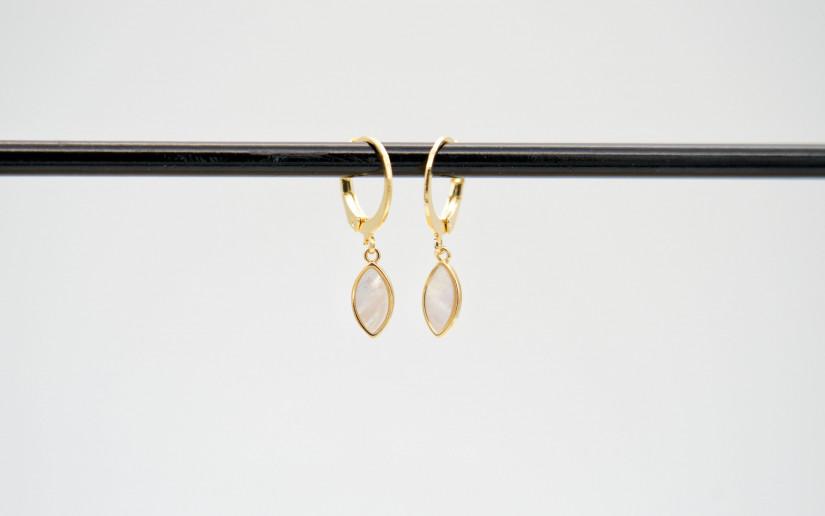 Goldene Ohrringe mit Perlmut-Tropfen-Anhänger