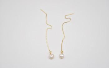 Goldene Einfädel Ohrringe mit Süsswasser-Perle