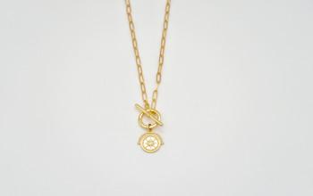 Goldene Halskette mit Münz-Anhänger und grossem Verschluss