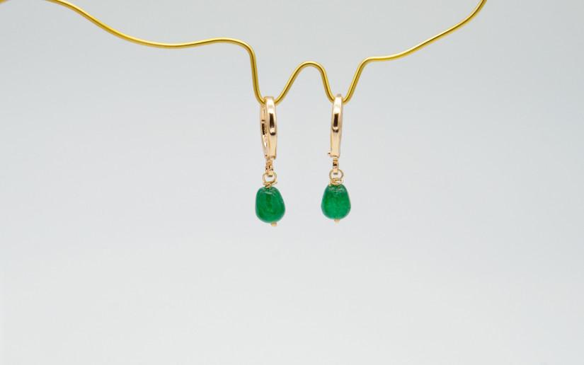 Kleine goldene Ohrringe mit grünem Achat Tropfen