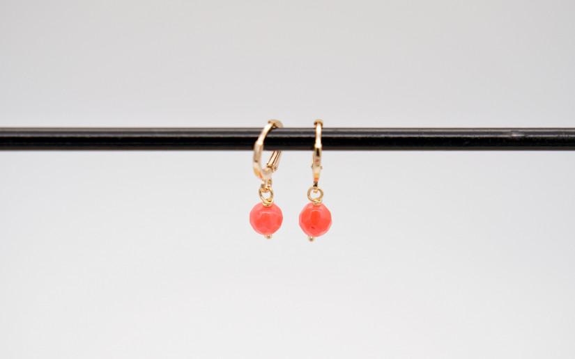 Kleine goldene Ohrringe mit pinken Korallen-Anhänger