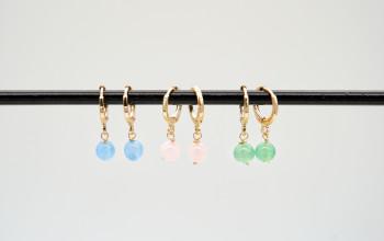 Kleine goldene Ohrringe mit farbigen Stein Perlen