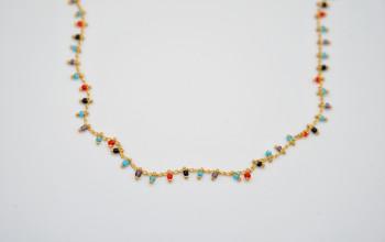Goldene Halskette mit farbigen Glas-Perlen