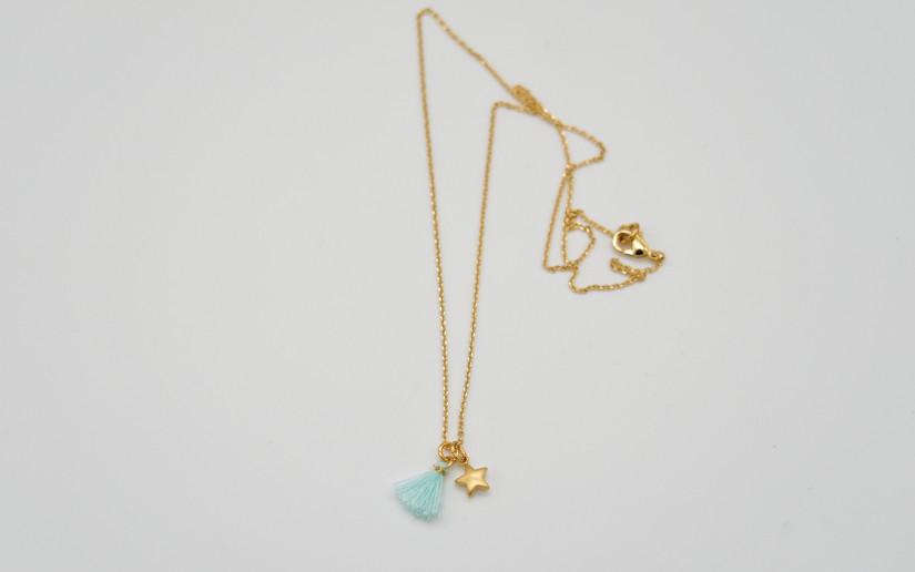 Feine goldene Halskette mit Sternchen und Quaste