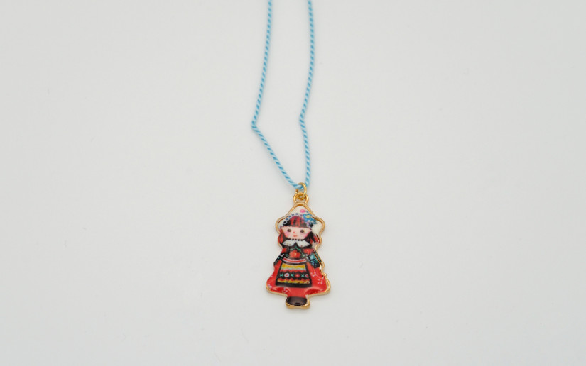 Halskette aus Seide mit Mädchen Anhänger
