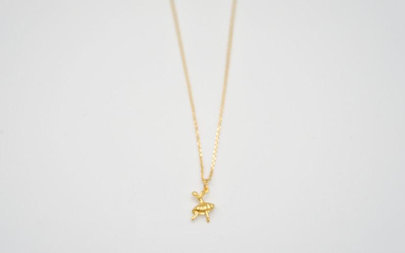 Schlichte goldene Halskette mit Tänzerin