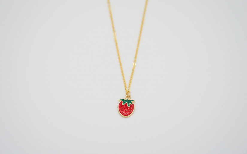 Goldene Halskette mit Erdbeere