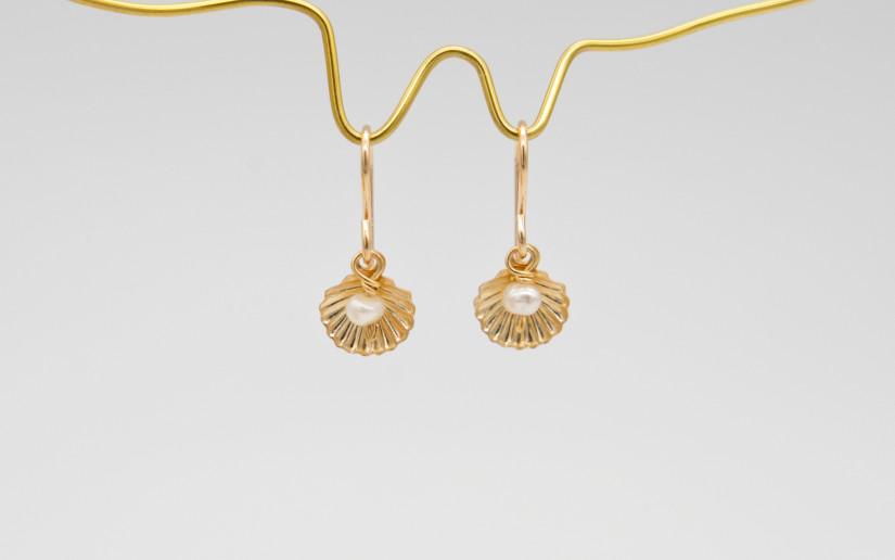 Kleine Ohrringe mit Muschel und kleiner Süsswasser-Perle